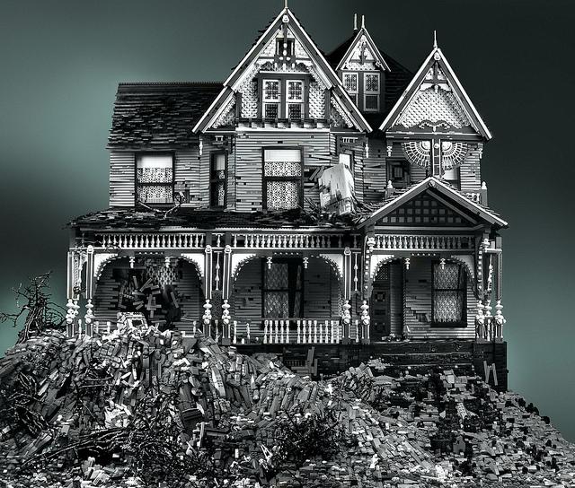 Case abandonate facute din piese LEGO – No.1
