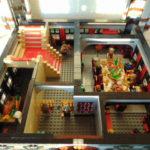 LEGO® MOC by Chyck: Castelul Phoenix – Parterul cu sala de mese si bucataria